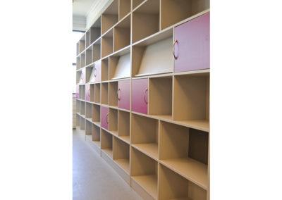 Kombireol med arkivskap, bokyller og brosjyrestativ