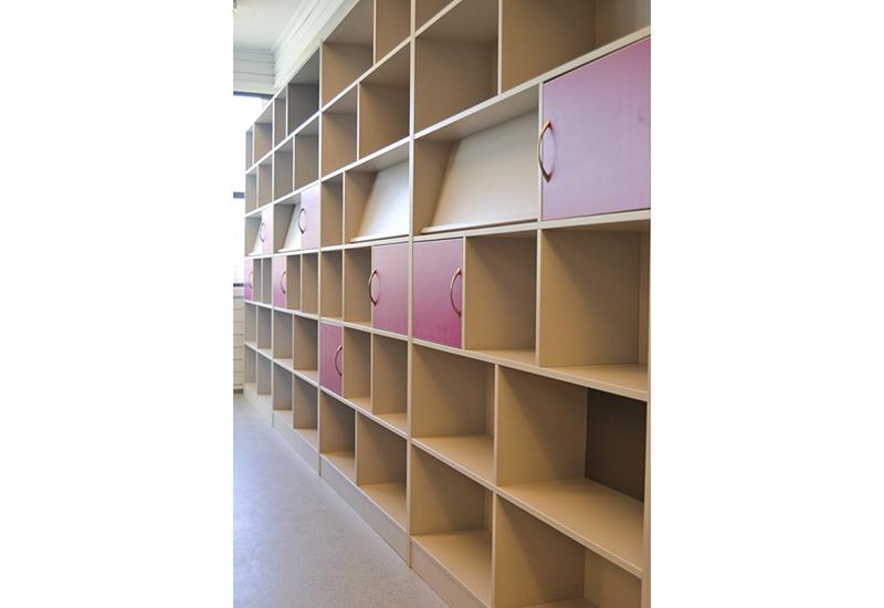 Kombireol med arkivskap, bokhyller og brosjyrestativ