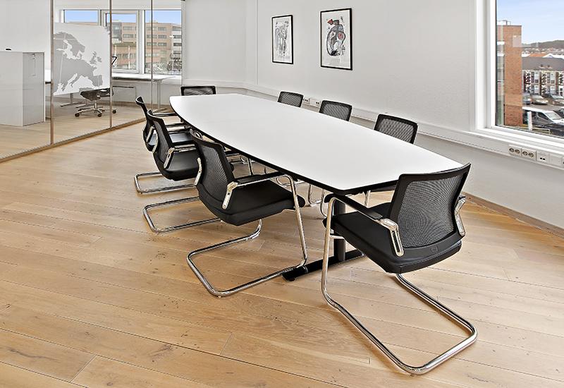 Konferansebord med buede langsider