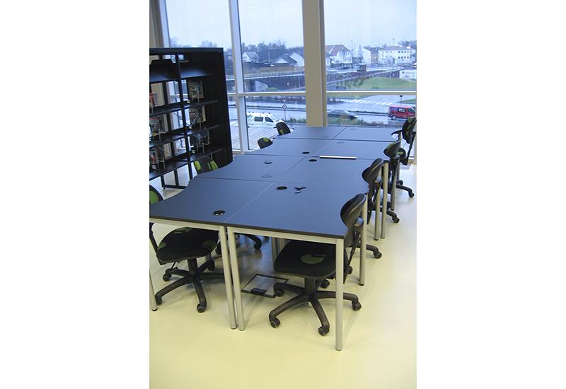 Skolepulter med magebue, arbeidsbord
