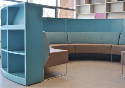 Rund sofa med utvendig bokreol