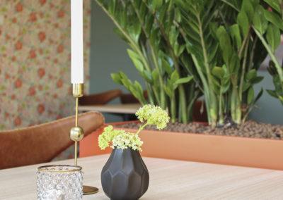Blomsterkasser i laminat formica clementin hos Kafé Jærbuen.