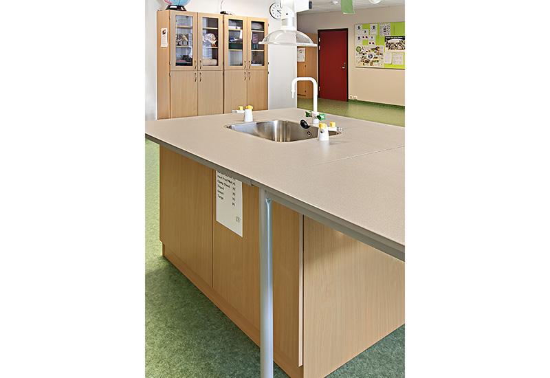 Skolepulter/elevbord + arbeidsenhet med vask for kjemirom
