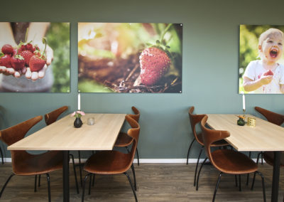 Restaurantbord i lys eik hos Kafé Jærbuen.