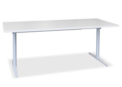 Lagerført Haugstad arbeidsbord. Lagerføres i hvit og lys grå. Her vist med lagerført T-bein understell i sølvfarget utførelse.