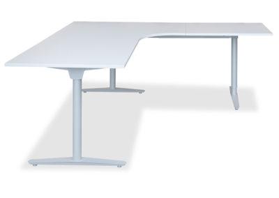 Lagerført Haugstad arbeidsbord kombiplate. Her vist med T-bein understell i sølvfarget utførelse. Arbeidsbord lagerføres i hvit og grå, med høyre og venstre sving.