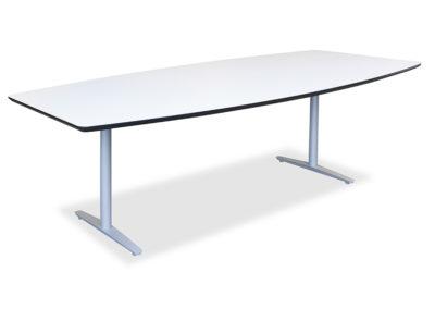 Lagerført konferansebord i hvitt med faset kant i sort utførelse. Her vist med lagerført T-bein understell i sølvfarget utførelse.