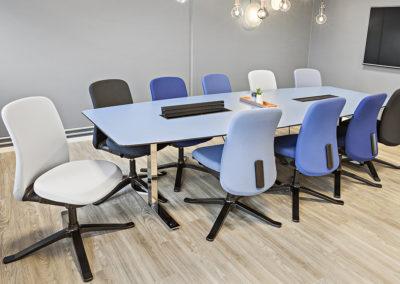 Konferansebord med buede langsider og nedfelte koblingsbokser/stikkontakter