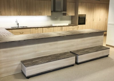 Kjøkken produsert i lys eik med «malavibrun» benkeplate