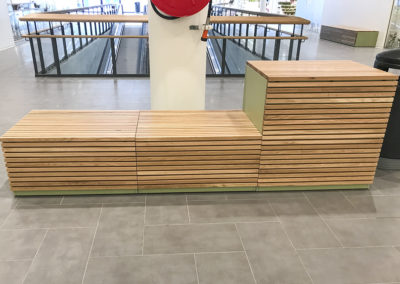 Sittemøbler laget til Lurabyen kjøpesenter på Forus. Kasser/benker laget i en naturgrønn laminat fra formica, kledd med eikespiler. Delikat fargekombinasjon som skaper trivsel i senteret!